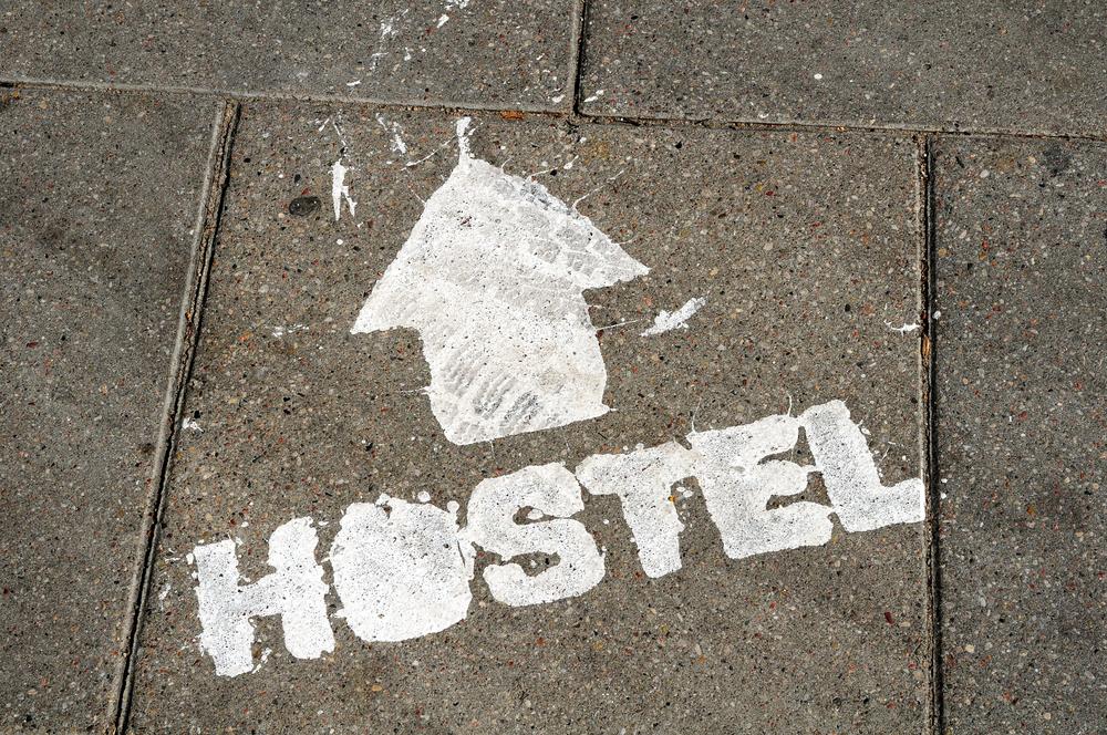 Надпись Хостел на асфальте